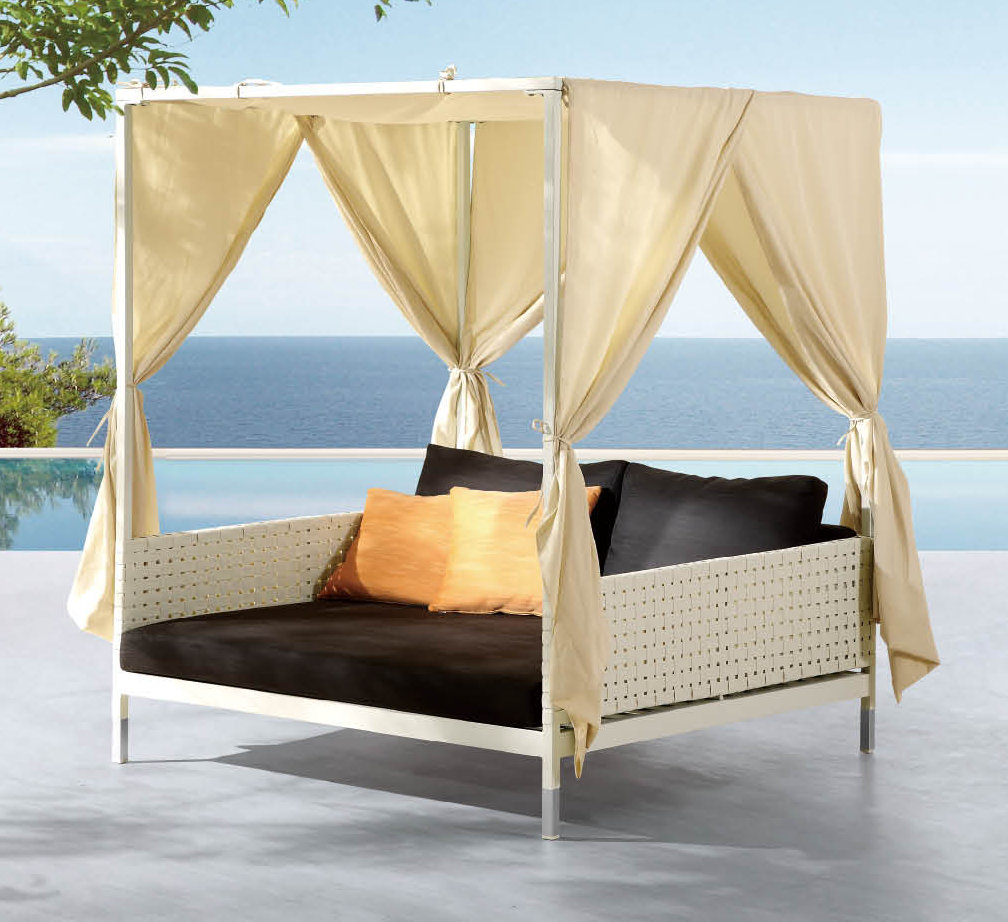 Image of: Outdoor Daybed with Canopy Ideas
