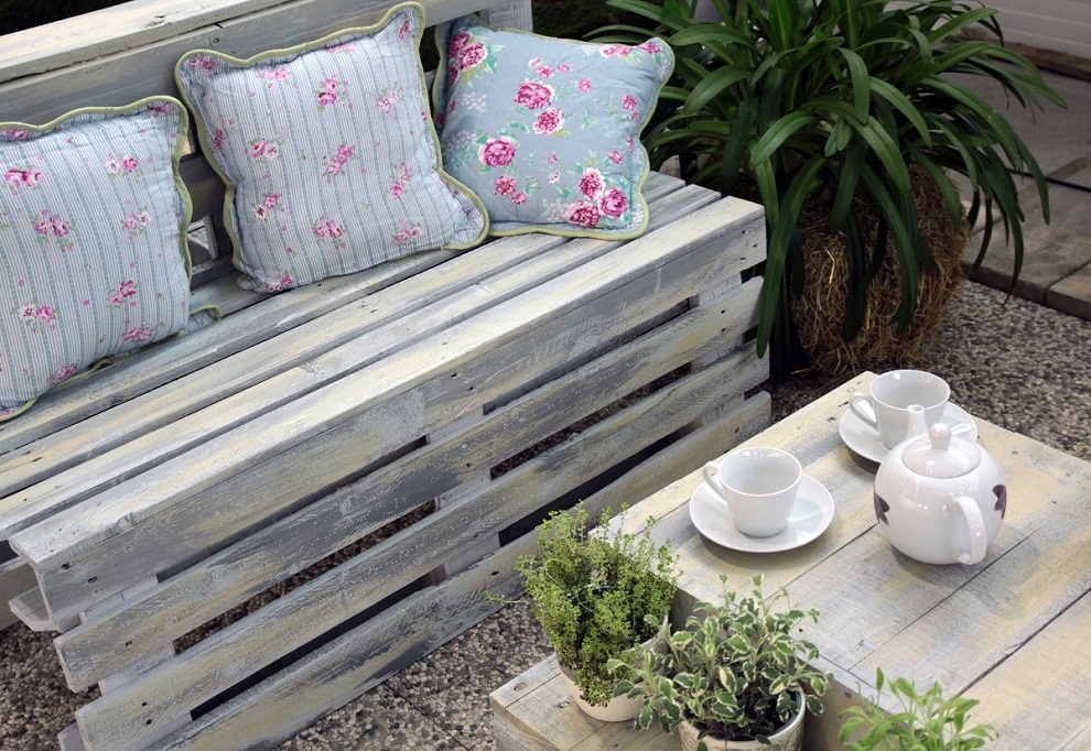 Image of: Pallet Patio Furniture Paint