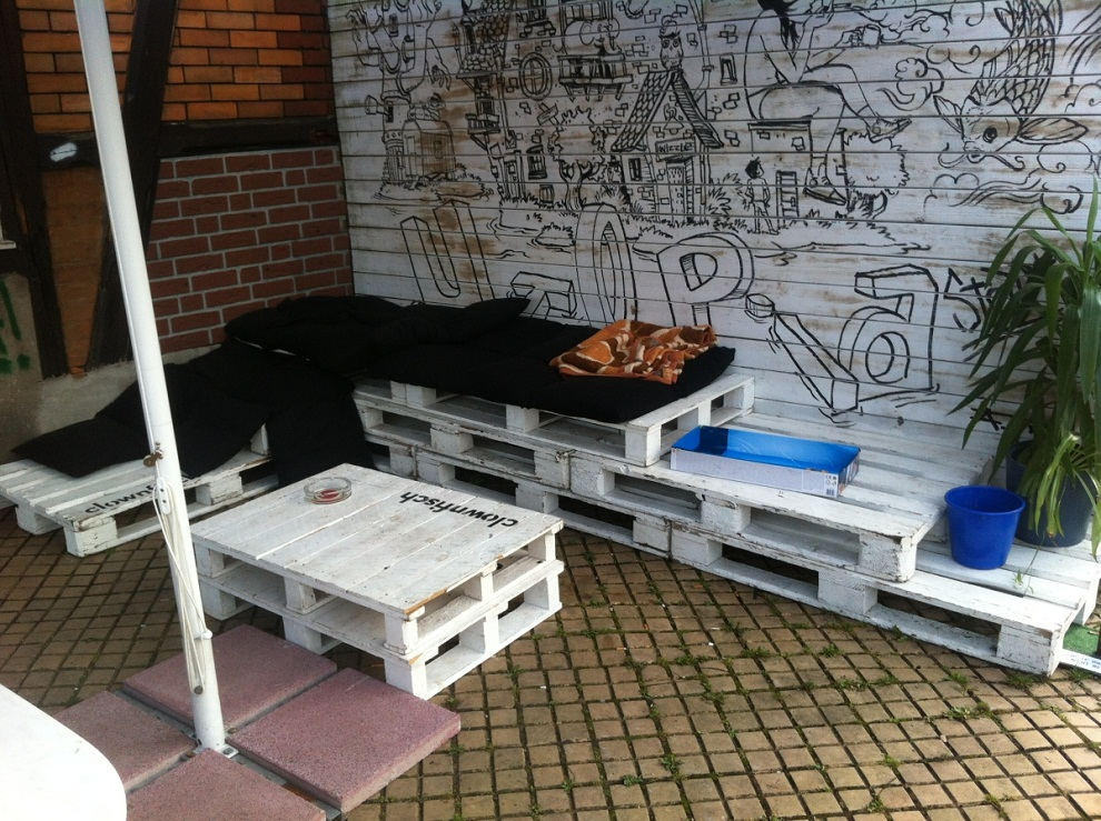 Image of: Pallet Patio Furniture White