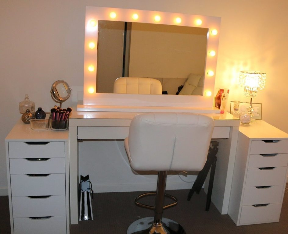 Image of: Sit Down Vanity with Lighted Mirror