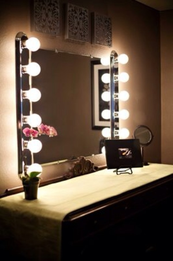 Image of: Vanity Makeup Mirror with Light Bulbs Review