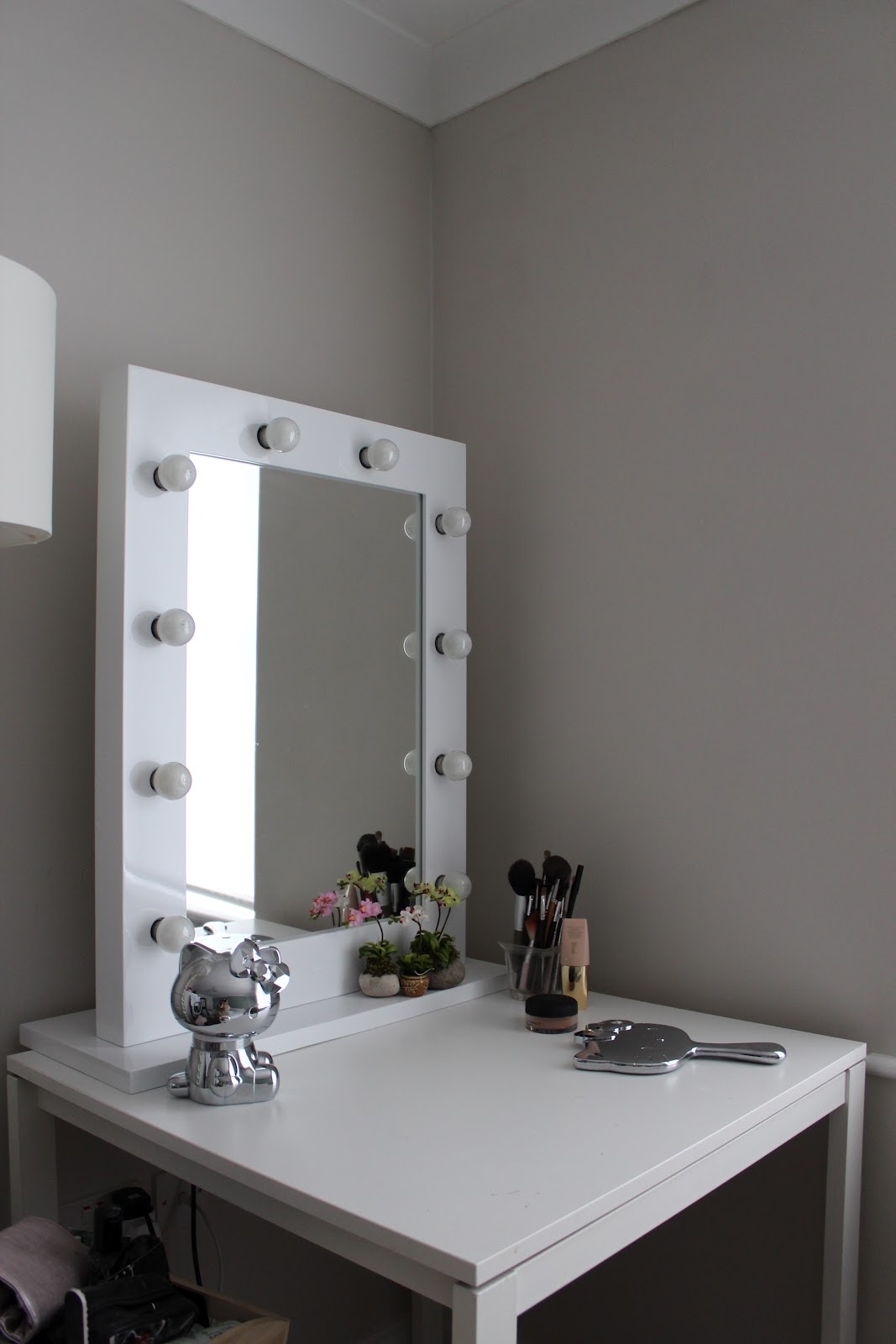 Image of: Vanity Table with Mirror Lamps
