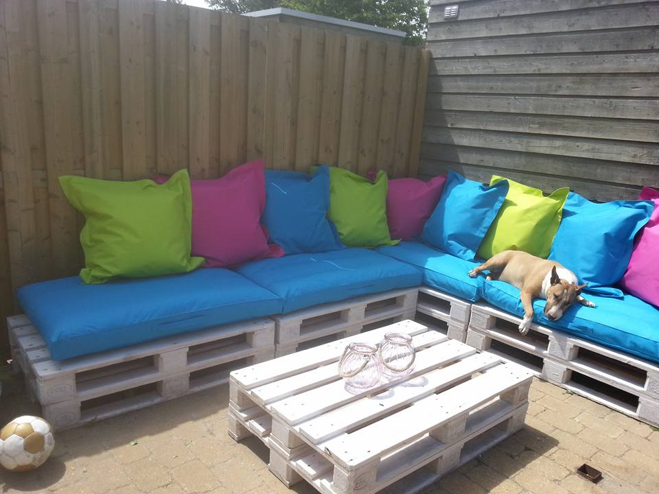Image of: White Pallet Patio Furniture