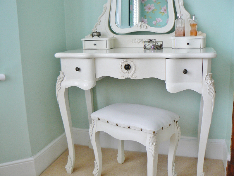 Image of: White Vanity Table with Mirror