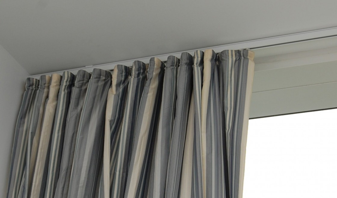 Image of: Ceiling Mount Curtain Rod Ideas