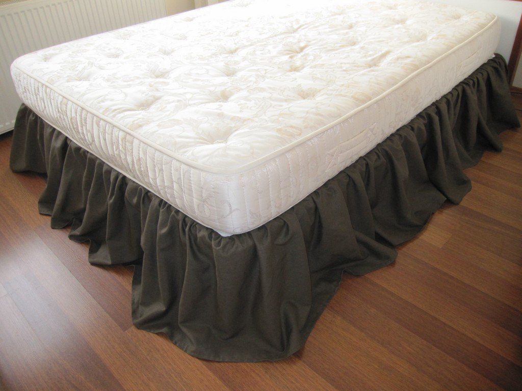 Image of: King Ruffle Bed Skirt