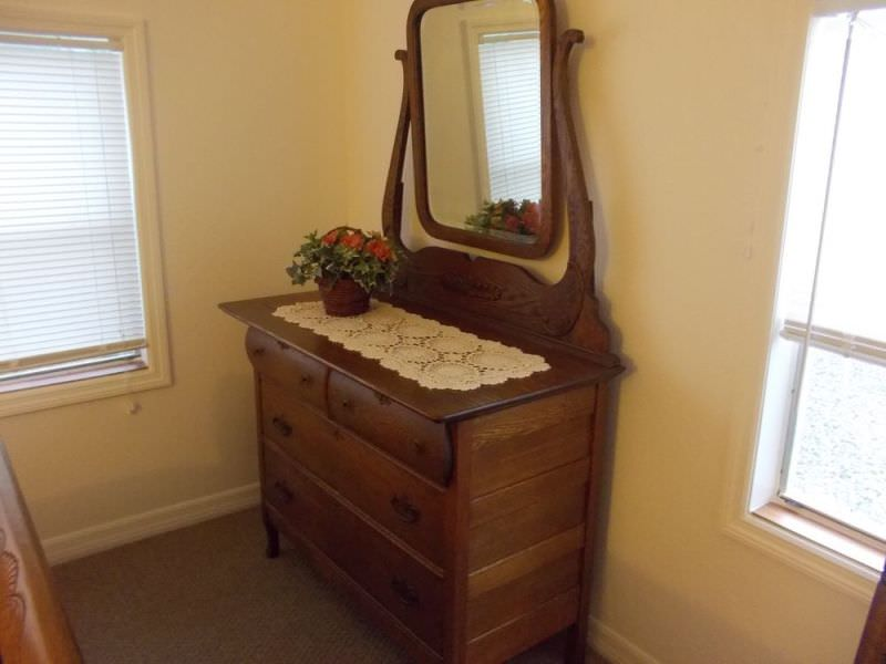 Image of: Oak Antique Dresser With Mirror