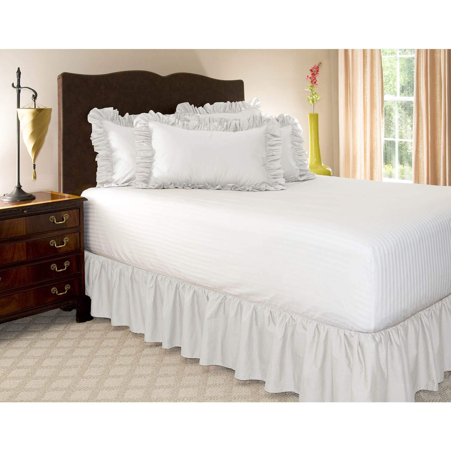 Image of: Use White Ruffle Bed Skirt